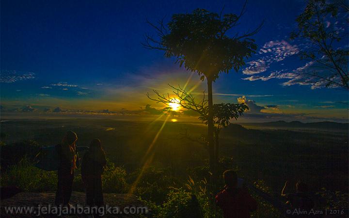 Sunrise dari Puncak Bukit Pau